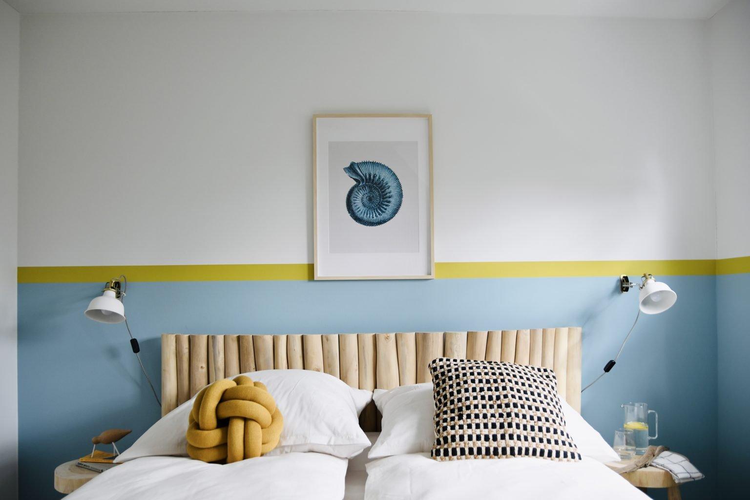 Schlafzimmer in frischen Farben im Strandhaus-Stil